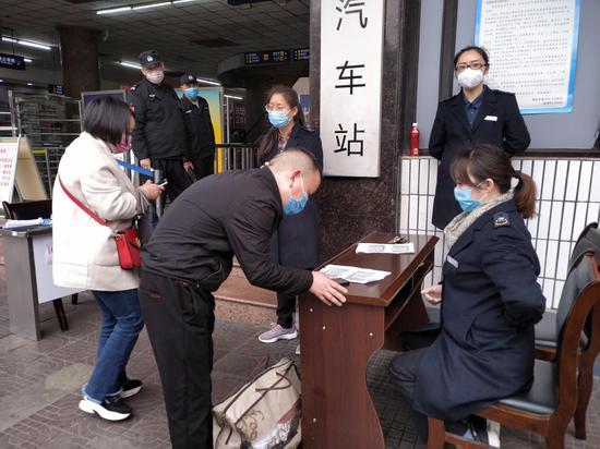 重庆汽车站恢复162条班车线路 旅客有序乘车