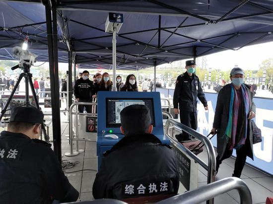 清明假期来临 重庆北站迎来客流小高峰[组图]