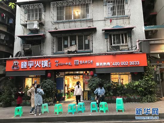 晓宇火锅总店日前改回创业时的招牌。新华网 王龙博 摄