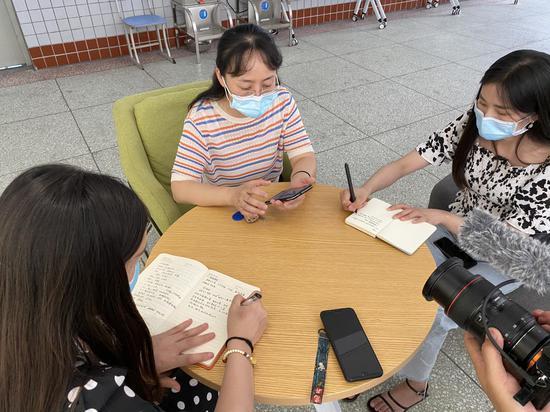 鲤鱼池小学副校长郑丽接受媒体采访