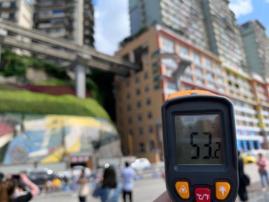 地表温度超60℃ 李子坝轨道站游客依旧热情打卡(图)