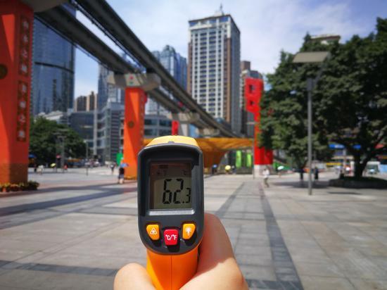 杨家坪步行街室外温度超60℃ 行人花式避暑