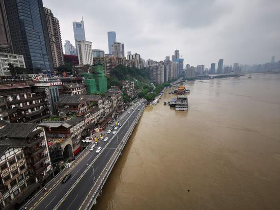 今年来最大洪峰过境重庆主城 引市民强势围观[组图]