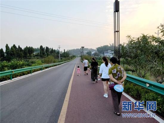 市民在西郊绿道散步休闲。新华网发(熊亚 摄)