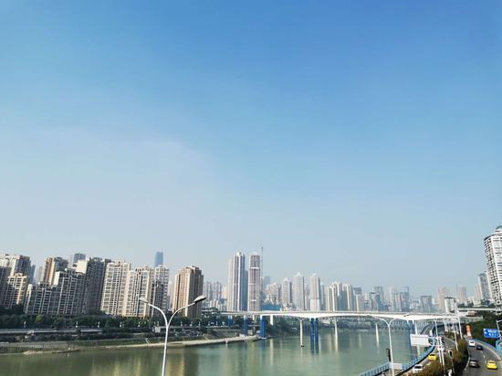 重庆太阳营业了!游客在李子坝观景台暖阳下拍照打卡