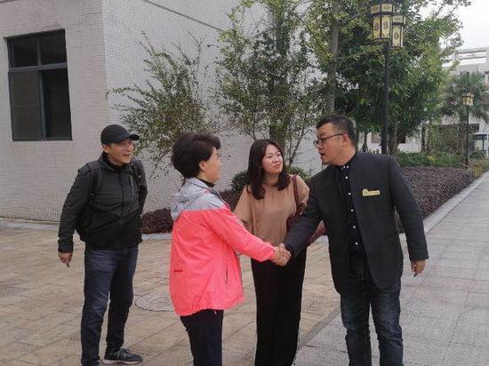王睿科校长对杨晓静主任和余鹏总教练的送技术表示感谢