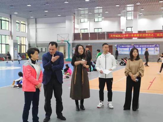重庆高新区政务服务和社会事务中心刘庆江主任与小球系杨晓静主任介绍区内对羽毛球项目在校园开展活动的大力支持,与王一副校长交流三级联动训练机制