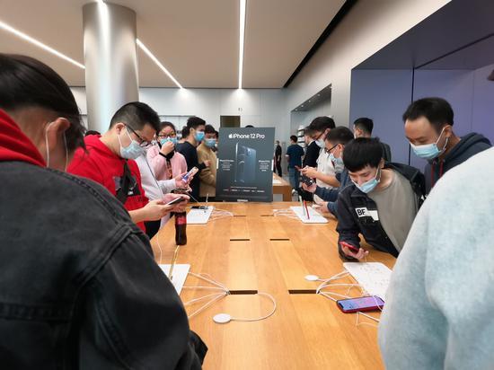 iPhone12重庆发售 实体店中人头攒动消费者热情高涨