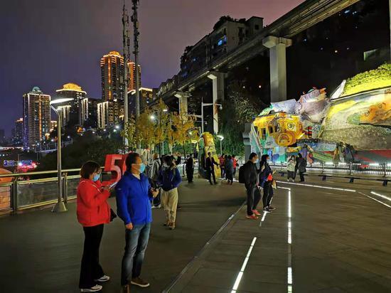 李子壩列車穿樓夜景再升級 炫酷列車追著光跑[組圖]
