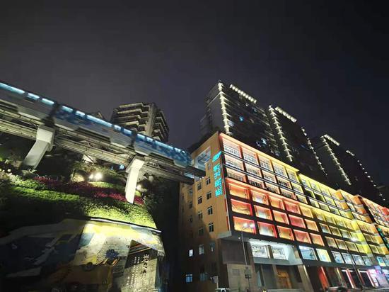 李子坝列车穿楼夜景再升级 炫酷列车追着光跑[组图]