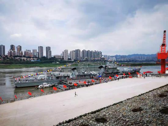 重庆市民排队打卡166舰陈列展 直呼太震撼了[组图]