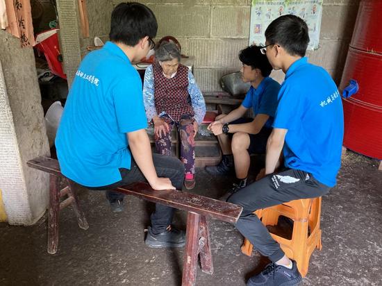 (志愿者与老人话家常、聊健康、说近况、谈体会)