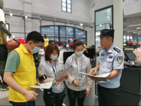 (重庆移动志愿者联合公安机关面向市民开展防电信诈骗的宣传)