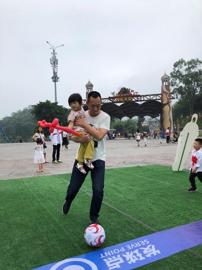 重庆游客大秀脚法玩射门 这些趣味球门的玩法