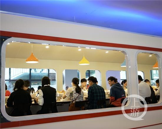 """坐着火车 撸着串……重庆一高校惊现""""火车""""餐厅"""