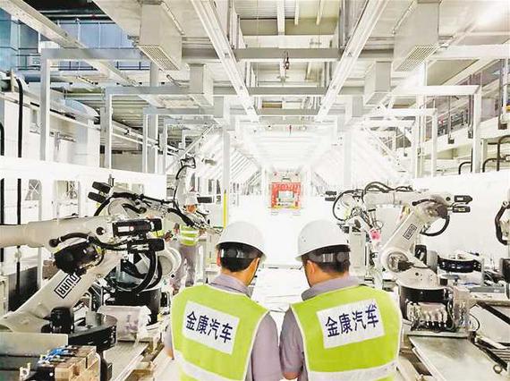 六月八日,金康新能源汽车工厂,工作人员正在检查设备。记者 白麟 摄