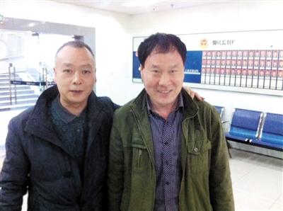 昨日,郝志河(右)终于见到老战友金廷禄(左)。 本报记者 雷键 摄