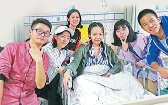重庆:19岁女生患卵巢癌 同学为她义卖
