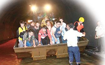 突发洪水瞬间冲进隧道 消防开铲车救人
