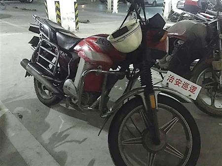 重庆:山寨治安巡逻摩托车停在民警的车位上