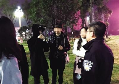 16日晚10点,两江新区的民警在四川宜宾找到了离家出走的俩女孩。本报记者 胡杰 摄