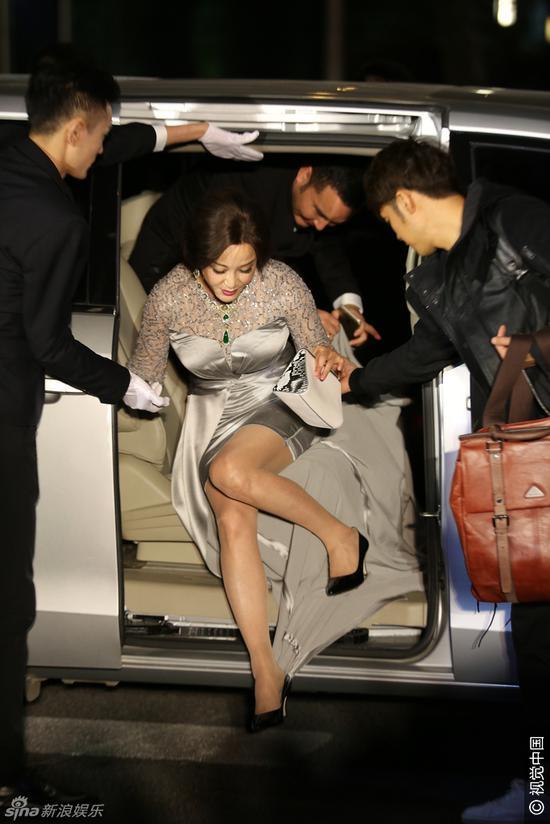 61岁重庆籍女星刘晓庆高叉裙险走光