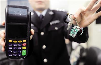 非法改装的POS机和犯罪嫌疑人研发的芯片。警方供图