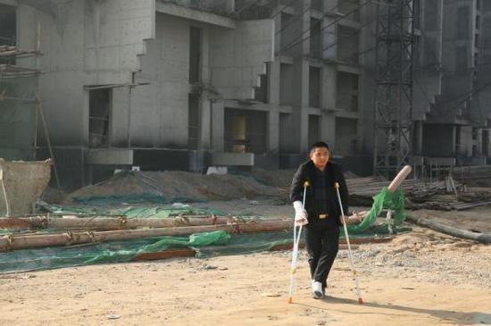 河北定州胜利街建华社区的一个工棚内,重庆涪陵籍农民工赵家友拄着拐杖。