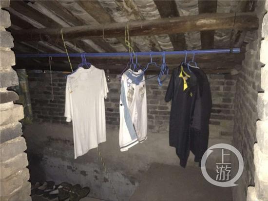 吴波家中的二楼,仍挂着他夏天的衣服