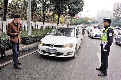 轿车挡道被涂车牌。 本报记者 雷键 摄