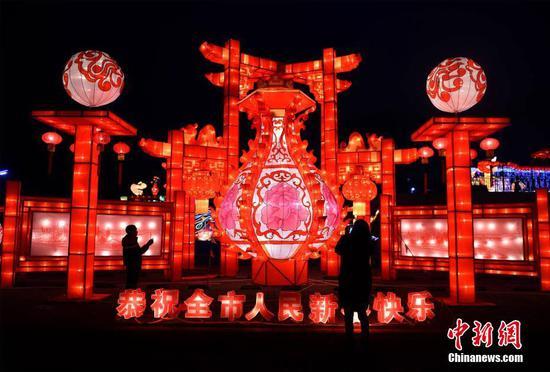 重庆新春灯会游人如织