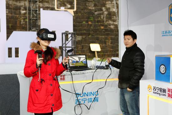 用户在年货大SHOW现场进行VR体验