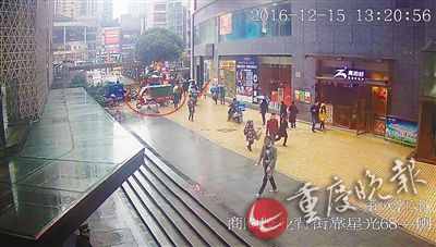 ▲红圈处为被盗的快递车,红箭头处为嫌疑人。(警方供图)