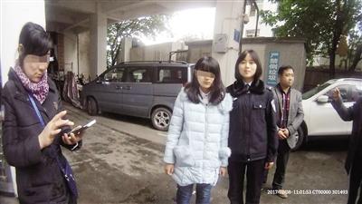 小姚和民警在一起,左侧拿手机的为小姚的妈妈。 (警方供图)