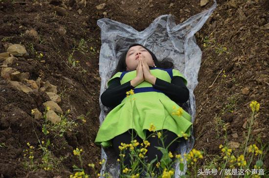 重庆众多美少妇躺入坟墓求重生 专家竟然点赞