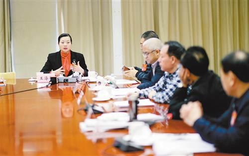 3月6日,十二届全国人大五次会议重庆代表团驻地,代表们分组审议政府工作报告。图为代表王海燕就关注农村留守妇女问题提出建议