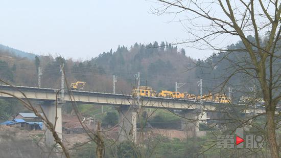 近日,记者从綦江区铁路指挥部获悉,渝黔铁路新线建设进展顺利。目前,正线铺轨作业已接近尾声。