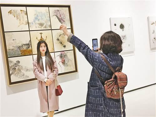 """观众在""""未来能见度——全国青年艺术家提名展""""展览现场留影"""