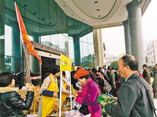 重庆芝麻官实业股份有限公司,游客现场抢购米花糖、芝麻杆等食品