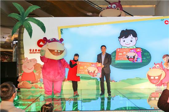2017年3月11日,重庆农商行个人业务部总经理谭彬在江渝成长卡首发仪式上给小客户授卡。