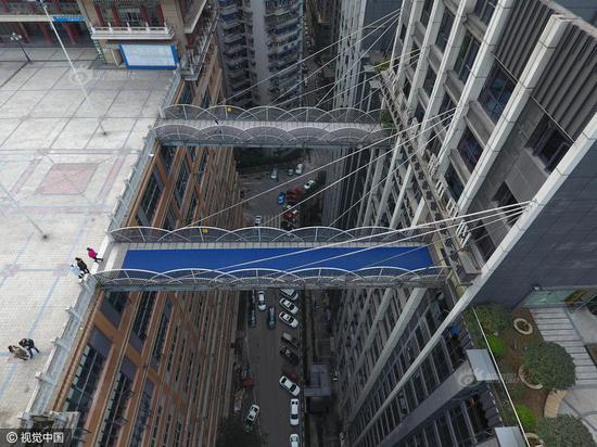 重庆现68.5米超高天桥 横跨两座大楼
