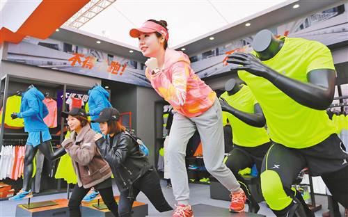 3月16日,市民开心体验新型运动装备