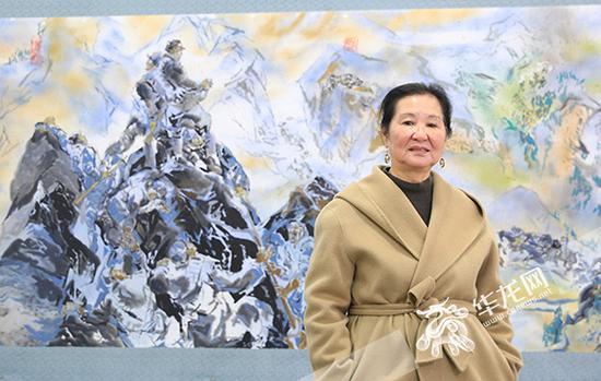 江碧波在自己的作品前。