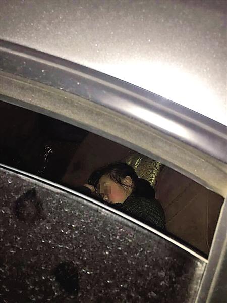 女孩在轿车后座上熟睡 受访者供图