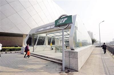 昨日,轨道3号线郑家院子站1号出口,新加装的雨棚正式投入使用。本报记者 胡杰 摄