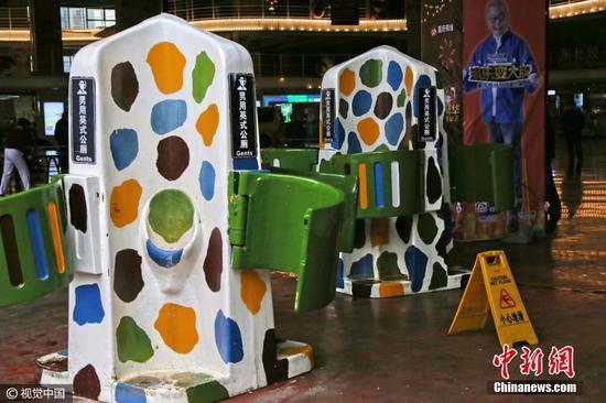 重庆现男性站立式露天公厕 只遮挡腰部部位