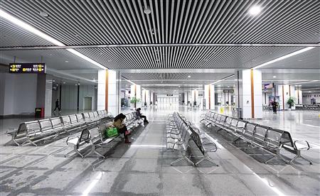 重庆北站南广场汽车站,车站内等候乘车的市民