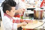 """重庆:9岁小男孩成""""小厨神"""" 厨艺堪比专业厨师"""