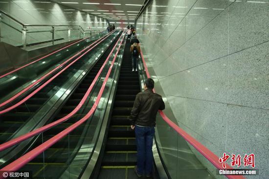 重庆现60米深地铁站 乘坐扶梯需要3分钟