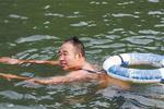 7.5℃水温坚持游90分钟 重庆男打破基尼斯记录